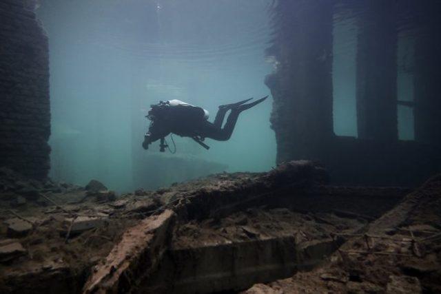 explorateurs urbains plongent dans un camp de prisonniers soviétiques submergé ruines de ce camp de prisonniers