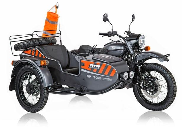 Ural installe une station de drone dans un side-car moto