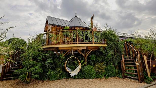 Blue Forest dévoile sa cabane dans les arbres préfabriquée de luxe