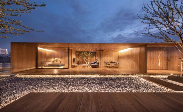 WARchitect installe une maison en bois sans frontières au sommet d'un immeuble à Bangkok