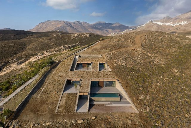 NCaved - Cette maison de luxe disparaît dans un paysage grec accidenté