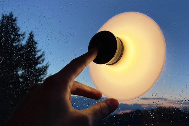 Neozoon - La lampe à ventouse s'attaque à l'obscurité
