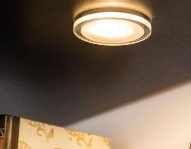 Éclairage de plan de travail dans une cuisine avec des spots